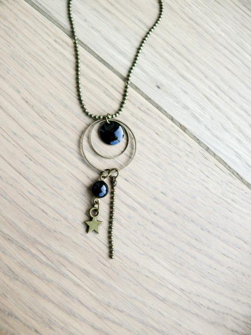Collier sautoir en métal bronze avec cercle, étoiles et perle moire