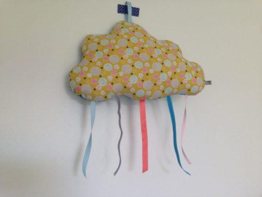 Coussin nuage en tissu avec ruban, se pose ou bien se suspend afin de décorer votre intérieur