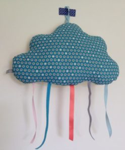 Coussin nuage bleu avec rubans cousu main à suspendre