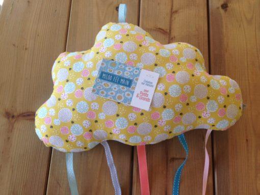 Découvrez nos coussins en forme de nuage à suspendre ou à poser pour décorer une chambre d'enfant