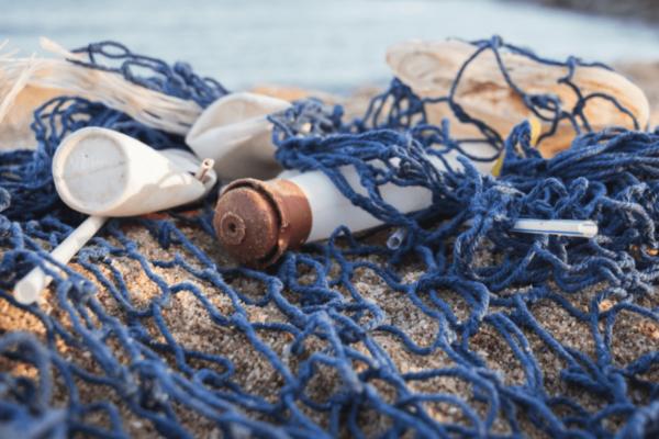 déchet sur plage avec filet