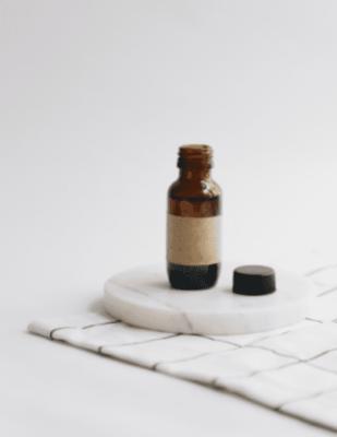 flacon huile essentielle pour cosmétiques zéro déchet fond neutre homemade
