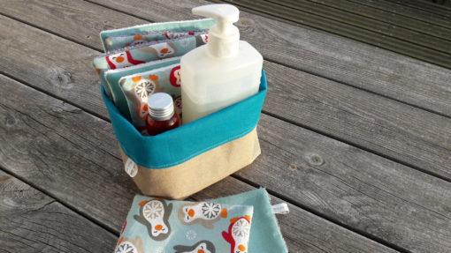 lingettes et panier de rangement avec produits pour enfants