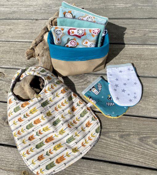 kit de naissance avec panier de rangement, lingettes nettoyantes, bavoir et gants pour bébé