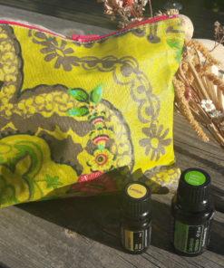 pochette en tissu enduit motif jaune et vert, accessoire zéro déchet